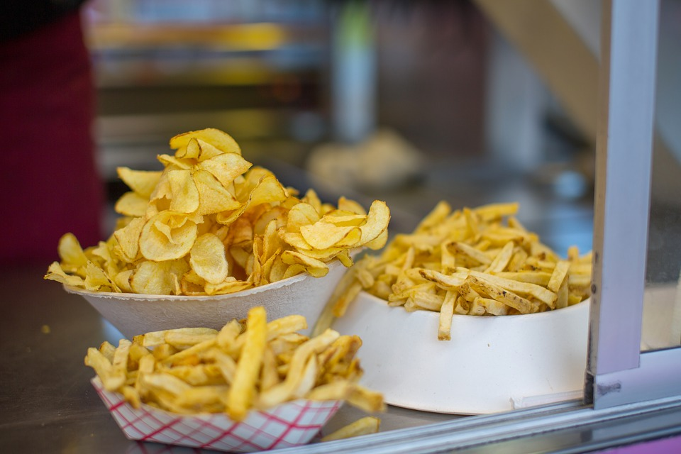 Cuencos con patatas fritas. Fuente de acrilamida