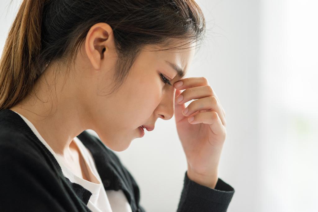 Tinnitus o Acúfenos. Una causa desconocida de los molestos pitidos en los oídos. Mujer con pitidos